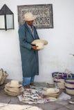 Äldre gatuförsäljare som säljer handgjorda souvenir Royaltyfria Foton