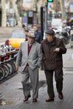Äldre gentlemän som går i centret barcelona spain royaltyfri bild
