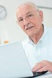 Äldre gentleman för Closeup som använder bärbara datorn Royaltyfri Bild