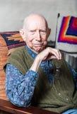 Äldre gentleman i Livingroom Arkivbild