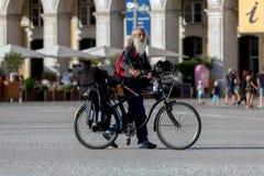 Äldre gentleman med en cykel Arkivbild