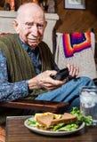 Äldre gentleman med smörgåsen Arkivbild