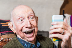 Äldre gentleman med Smartphone Arkivbilder