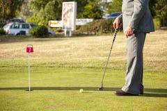 Äldre gentleman på golfbana Arkivfoton
