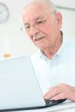 Äldre gentleman som använder bärbara datorn Royaltyfri Bild