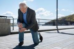 Äldre gentleman som göras ont plötsligt i gatan Royaltyfria Foton