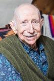 Äldre gentleman som ler på kameran Royaltyfri Foto
