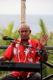 Äldre gentleman som spelar musik för gäster på matställen, Wananavu strandsemesterort, Fiji, 2015 Royaltyfri Foto