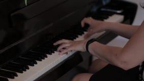 Äldre händer som spelar pianot arkivfilmer