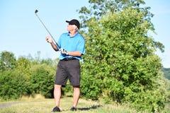 Äldre hög manlig golfaredet fria med Golf Club arkivbild