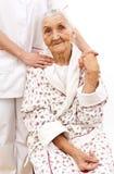 äldre hand för doktor hjälpande s-barn Arkivbild