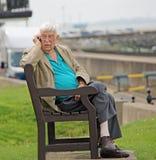Äldre herre som använder mobiltelefonapparaten Royaltyfria Bilder