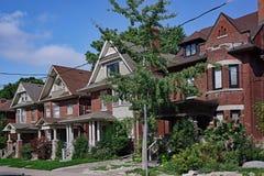 Äldre hus med gavlar och vindskupefönster arkivfoton