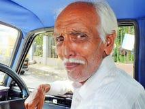 Äldre indisk taxichaufför i Mumbai, Indien Arkivbilder