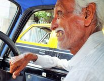Äldre indisk taxichaufför i Mumbai, Indien Royaltyfri Foto