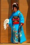 Äldre japansk kvinna i traditionell klänning royaltyfri bild