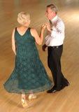 Äldre koppla ihop på den formella dansen Arkivfoton