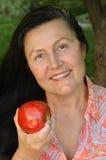 äldre kvinna för attraktiv holding Royaltyfri Bild