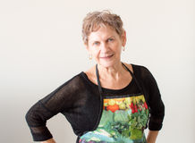 Äldre kvinna i förkläde Arkivfoto