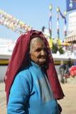 Äldre kvinna i Nepal, i nationell kläder, Katmandu, December 2017 Royaltyfria Bilder