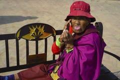 äldre kvinna i Nepal, i nationell kläder Katmandu December 2017 Royaltyfria Foton