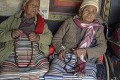 Äldre kvinna i Nepal, i nationell kläder, Katmandu December 2017 Royaltyfria Bilder