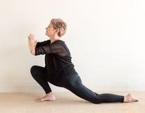 Äldre kvinna i yogaelasticitet Arkivbilder