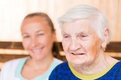 Äldre kvinna med anhörigvårdaren Royaltyfri Foto
