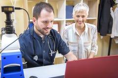 Äldre kvinna med en doktor som får någon vård- rådgivning royaltyfri bild