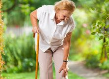Äldre kvinna med en gå pinne Royaltyfria Bilder