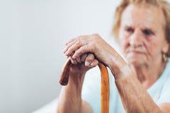 Äldre kvinna med en gå pinne Arkivfoton
