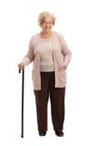 Äldre kvinna med gå le för rotting royaltyfri bild
