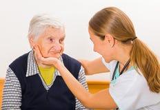 Äldre kvinna och barndoktor arkivbild
