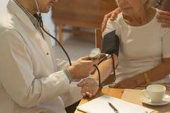 Äldre kvinna och högt blodtryck arkivfoto