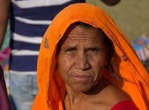 Äldre kvinna på jordningen av Amber Fort India royaltyfri bild