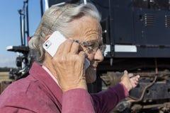 Äldre kvinna på mobiltelefonen Royaltyfri Fotografi