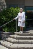 Äldre kvinna på trappa Arkivbild