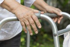 Äldre kvinna som använder en fotgängare Arkivbild