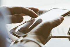Äldre kvinna som använder hennes telefon Arkivbilder
