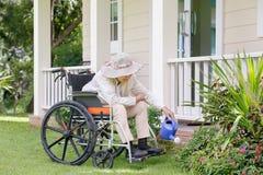 Äldre kvinna som arbeta i trädgården i trädgård Arkivfoton