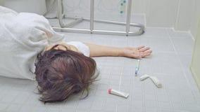 Äldre kvinna som faller i badrum stock video