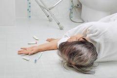 Äldre kvinna som faller i badrum royaltyfria foton