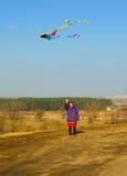 Äldre kvinna som flyger en drake Arkivbild