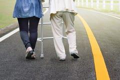Äldre kvinna som går i väg med dottern Royaltyfria Foton