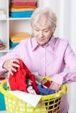 Äldre kvinna som gör tvätterit fotografering för bildbyråer
