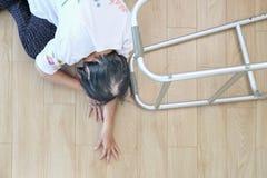 Äldre kvinna som ner hemma faller, härdattack royaltyfria bilder