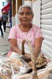 Äldre kvinna som säljer traditionella mexikanska sötsaker i Oaxaca fotografering för bildbyråer