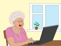 Äldre kvinna som studerar en bärbar dator Royaltyfria Foton