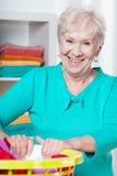 Äldre kvinna under hushållsarbete Royaltyfri Foto