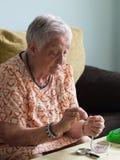 Äldre kvinnadanandehalsband Arkivbilder